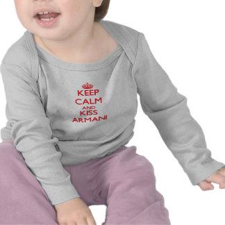 Mantenga tranquilo y beso Armani Camisetas