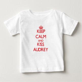 Mantenga tranquilo y beso Audrey Playeras
