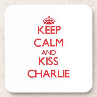 Mantenga tranquilo y beso Charlie Posavaso