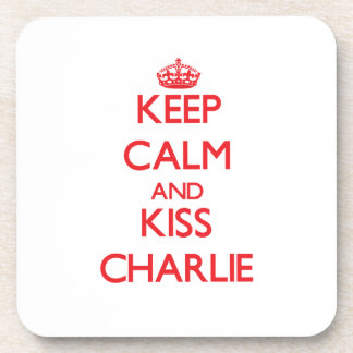 Mantenga tranquilo y beso Charlie Posavasos