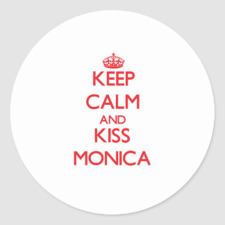 Mantenga tranquilo y beso Mónica Pegatina Redonda