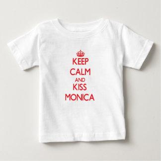Mantenga tranquilo y beso Mónica Tshirts
