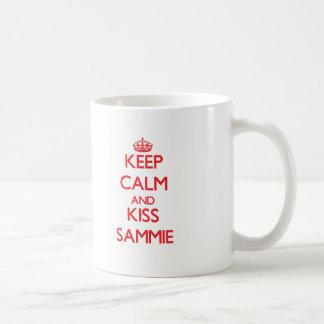 Mantenga tranquilo y beso Sammie Taza Básica Blanca
