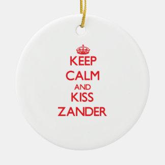 Mantenga tranquilo y beso Zander Ornamentos De Navidad