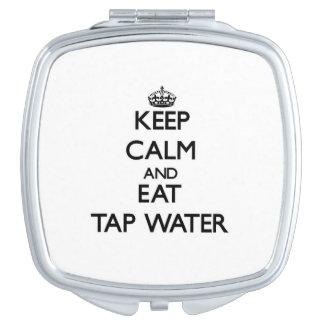 Mantenga tranquilo y coma el agua del grifo espejos de viaje