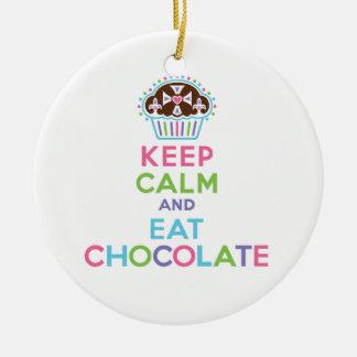 Mantenga tranquilo y coma el chocolate - adorne el adorno navideño redondo de cerámica