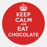 Mantenga tranquilo y coma el chocolate pegatina redonda