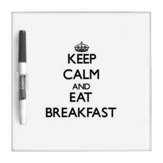 Mantenga tranquilo y coma el desayuno pizarra blanca