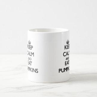 Mantenga tranquilo y coma las calabazas taza básica blanca