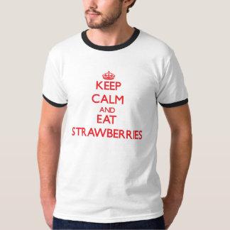 Mantenga tranquilo y coma las fresas playera