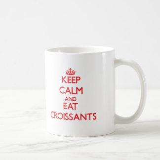 Mantenga tranquilo y coma los Croissants Taza Clásica