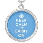 Mantenga tranquilo y continúe a reyes Blue Pendiente Personalizado