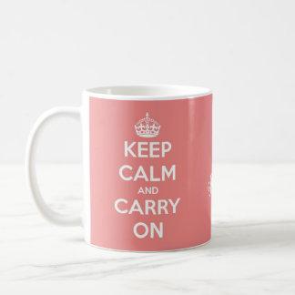 Mantenga tranquilo y continúe el rosa coralino taza de café