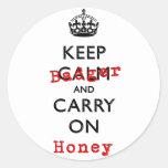 Mantenga tranquilo y continúe el tejón de miel etiquetas redondas