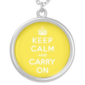Mantenga tranquilo y continúe el texto amarillo colgante redondo