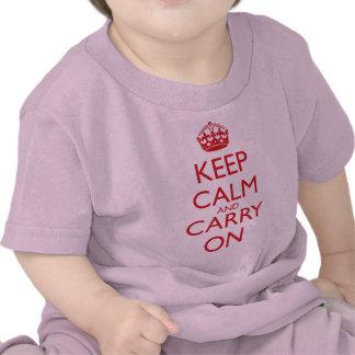 Mantenga tranquilo y continúe el texto del rojo camisetas