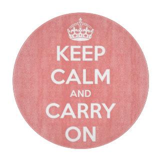 Mantenga tranquilo y continúe rosado coralino y el tablas de cortar