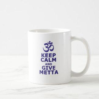 Mantenga tranquilo y dé Metta Taza Clásica