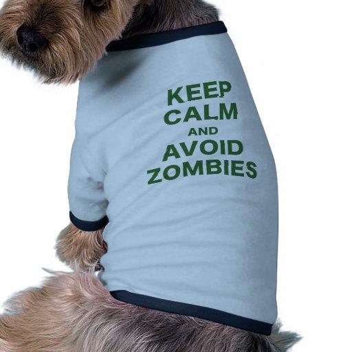 Mantenga tranquilo y evite a los zombis camiseta con mangas para perro