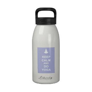 Mantenga tranquilo y haga la yoga botallas de agua