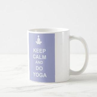 Mantenga tranquilo y haga la yoga taza básica blanca