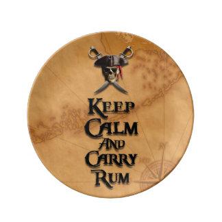 Mantenga tranquilo y lleve el ron plato de cerámica