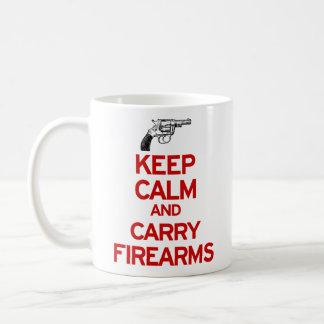 Mantenga tranquilo y lleve la taza de las armas de