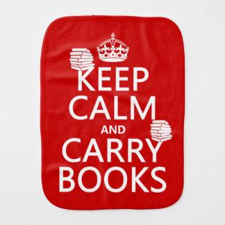 Mantenga tranquilo y lleve los libros (en paños de bebé