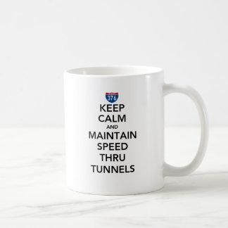 Mantenga tranquilo y mantenga la velocidad a taza de café