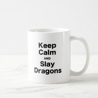 Mantenga tranquilo y mate los dragones taza de café