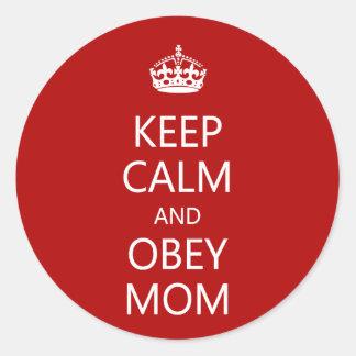 Mantenga tranquilo y obedezca a la mamá pegatina redonda
