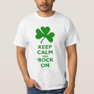 Mantenga tranquilo y roca (del impostor) encendido playera