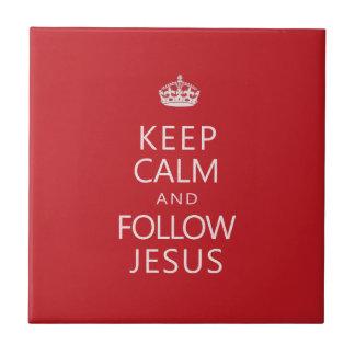 Mantenga tranquilo y siga a Jesús Azulejo Cuadrado Pequeño