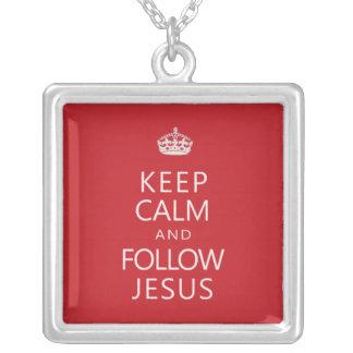Mantenga tranquilo y siga a Jesús Colgante Cuadrado