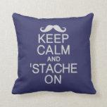 Mantenga tranquilo y 'Stache en la almohada de enc