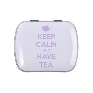 Mantenga tranquilo y tenga lavanda del té en blanc latas de dulces