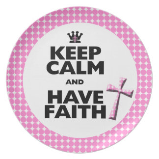 Mantenga tranquilo y tenga placa rosada de la cruz platos