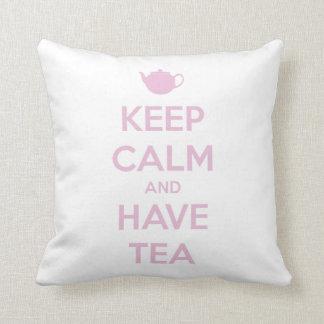 Mantenga tranquilo y tenga rosa del té en blanco cojín decorativo