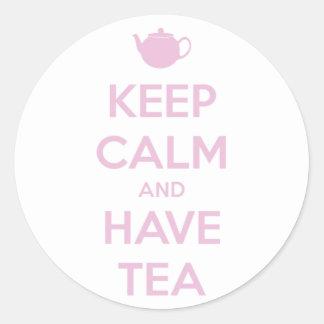 Mantenga tranquilo y tenga rosa del té en blanco pegatina redonda
