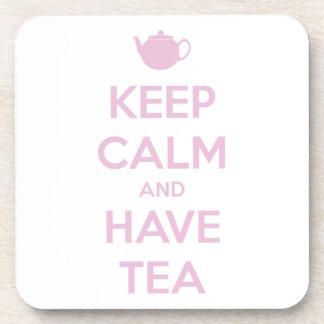 Mantenga tranquilo y tenga rosa del té en blanco posavasos