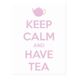 Mantenga tranquilo y tenga rosa del té en blanco postal