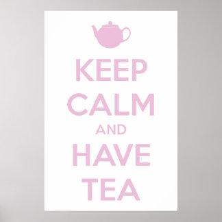 Mantenga tranquilo y tenga rosa del té en blanco póster