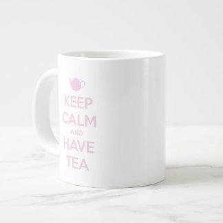 Mantenga tranquilo y tenga rosa del té en blanco taza de café gigante