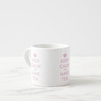 Mantenga tranquilo y tenga rosa del té en blanco taza de espresso