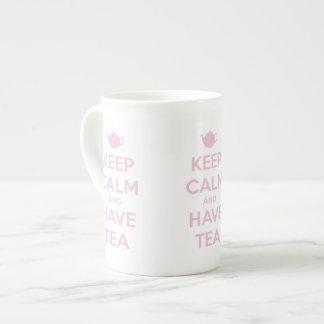 Mantenga tranquilo y tenga rosa del té en blanco taza de té