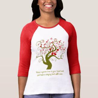 Mantenga un árbol verde sus pájaros y notas rojos playera