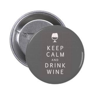 Mantenga vino tranquilo y de la bebida pin redondo de 2 pulgadas