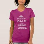 Mantenga vodka tranquila y de la bebida camisetas