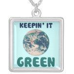 Manteniéndolo verde pendientes personalizados