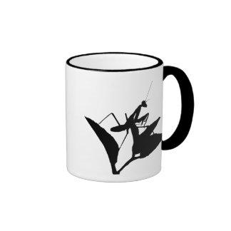 Mantis religiosa en una ramita tazas de café